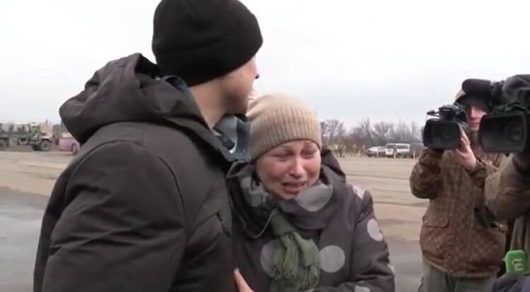 Відео, яке змусить плакати навіть чоловіків, мама зустріла сина, який 4,5 роки був у полоні бойовиків (ВІДЕО)