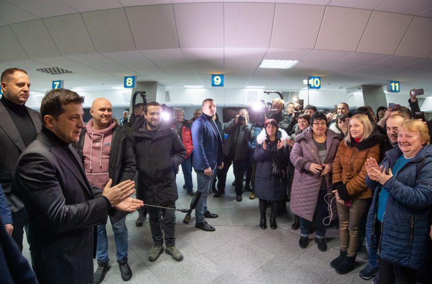 Ніхто не стримує сліз: у Борисполі приземляється літак з полоненими (ОНЛАЙН ТРАНСЛЯЦІЯ)