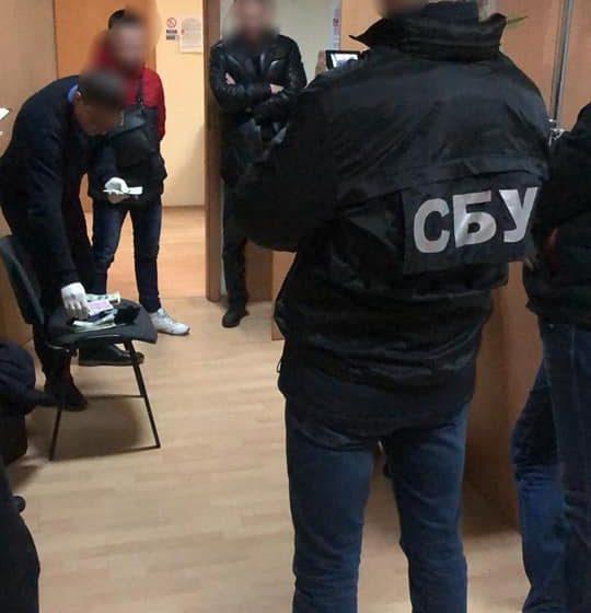 На Львівщині затримали чиновника міськради, який ніс 12 тисяч доларів хабаря (ФОТО)