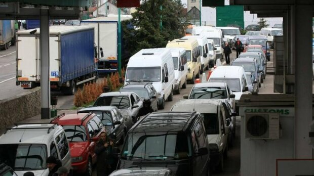"""Через кілометрові черги люди кілька діб не можуть потрапити до Польщі: """"колапс на кордоні вражає"""""""