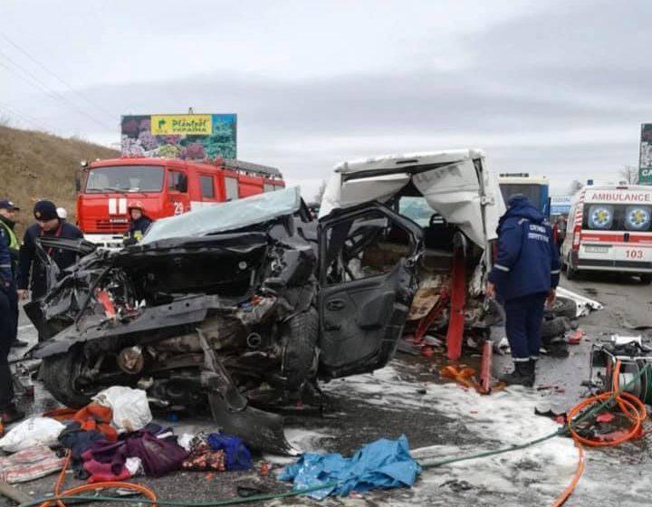Вражаюча ДТП біля Львова, зіткнулись фура, Peugeot і мікроавтобус (ФОТО)