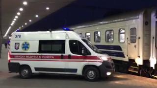 Нікого не випускають, у кількох десятків людей висока температура: до України прибув потяг з українцями з Риги