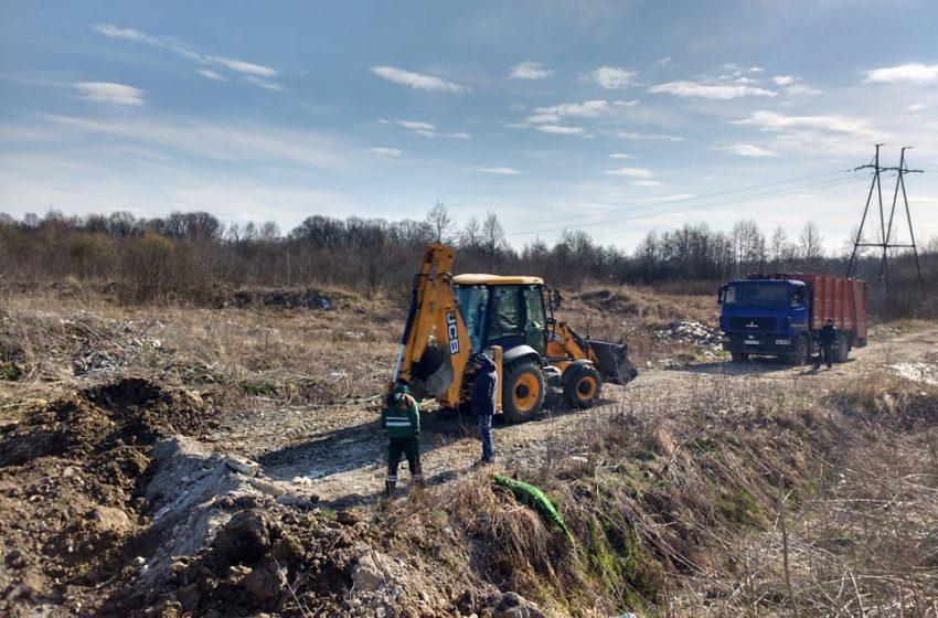 Працює техніка, вже розвантижили кілька вантажівок зі сміттям: Дрогобич розблоковує Броницьке сміттєзвалище (ФОТО)