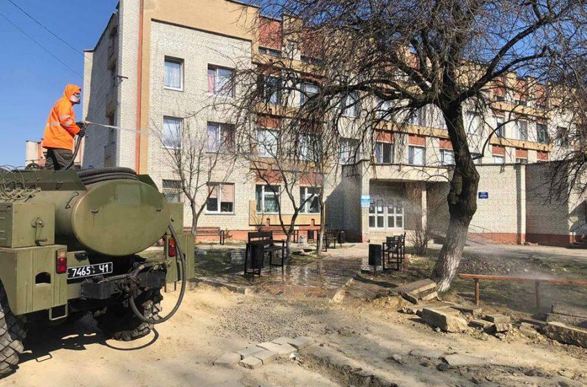 У Бориславі миють дороги і дезінфікують місця масового скупчення людей (ФОТО)