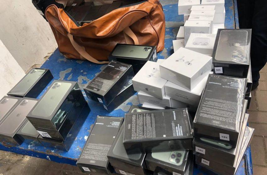 """У пункті пропуску """"Краківець"""" вилучили контрабандних айфонів на 4 млн грн (ФОТО)"""