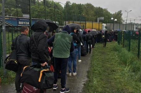 Українці масово покидають батьківщину: на кордоні з Польщею утворилися величезні черги (ВІДЕО)
