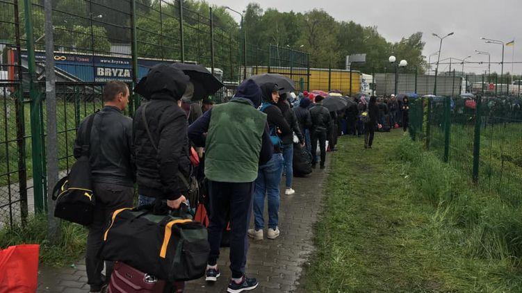 Під дощем і пекучим сонцем: на кордоні з Польщею у довжелезній черзі застрягли багато українців