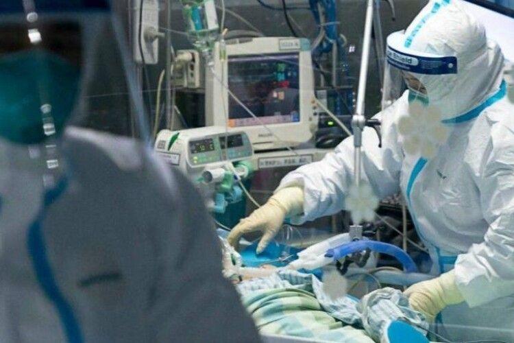 У Львові на коронавірус захворіли 100 медичних працівників