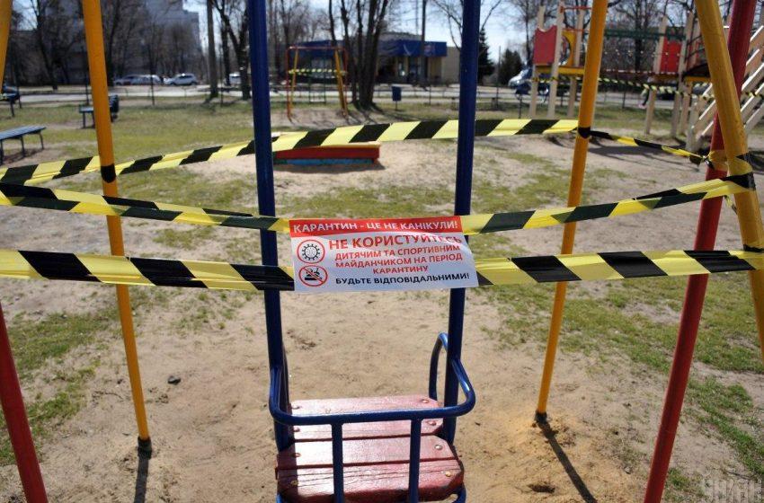 У Львові обгороджують дитячі майданчики, батьків з дітьми просять обмежити відвідування
