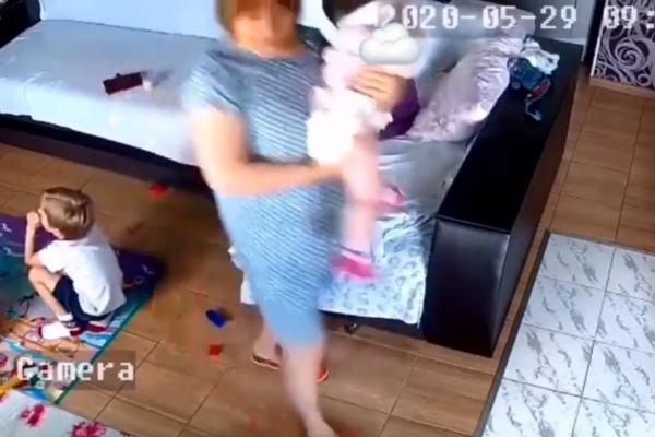 """""""Коли в дитина почалася рвота вихователька прив'язала до обличчя дитини подушку"""": в мережі показали шокуюче відео смерті дівчинки у садочку (ВІДЕО 18+)"""
