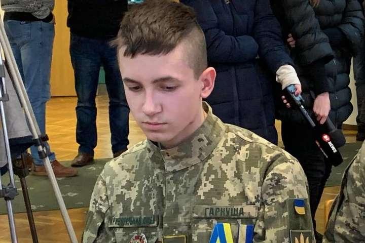 """Ціною свого здоров'я врятував життя п'ятьох дітей: вперше в історії 17-річний українець отримав орден """"За мужність"""""""