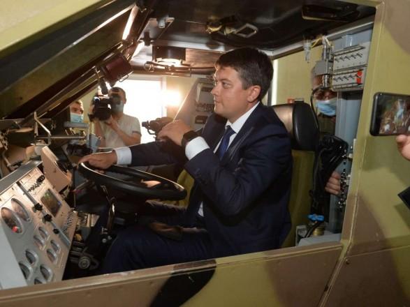 Разумков ознайомився з підготовкою до управління бронетранспортером під час робочої поїздки