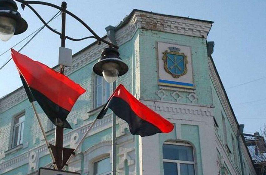 Збільшилося число областей, які офіційно вшановують Героїв України червоно-чорним стягом