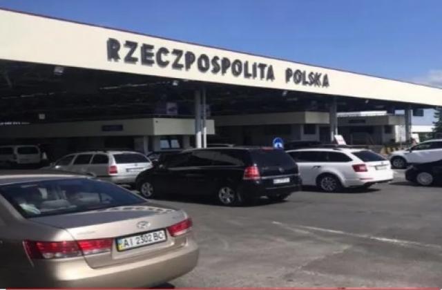 """""""Стояли 7 годин і це ще пощастило"""": на кордоні з Польщею утворюються кілометрові черги (ФОТО)"""