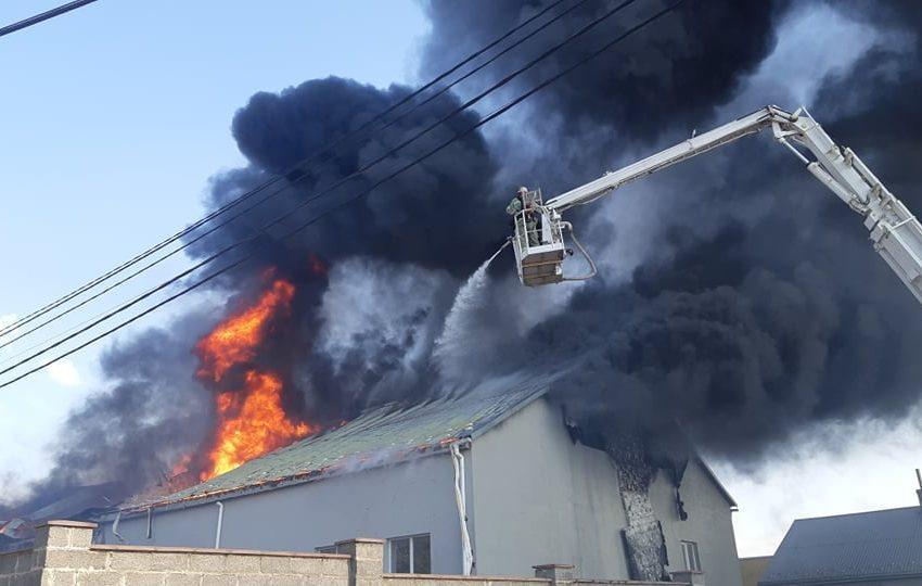 У Львові горіла виробнича будівля: рятувальники повідомили шокуючі деталі(ФОТО/ВІДЕО)