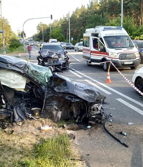 Під Києвом чергова моторошна ДТП: вщент розбиті авто та багато загиблих, серед них  19-річна та 22-річна дівчини (ФОТО)