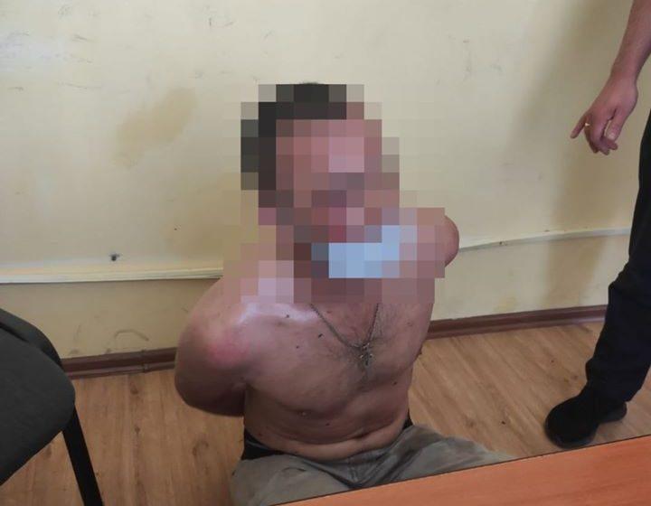 У Львові посеред вулиці вулиці затримали голого чоловіка, який кидався камінням (ФОТО)