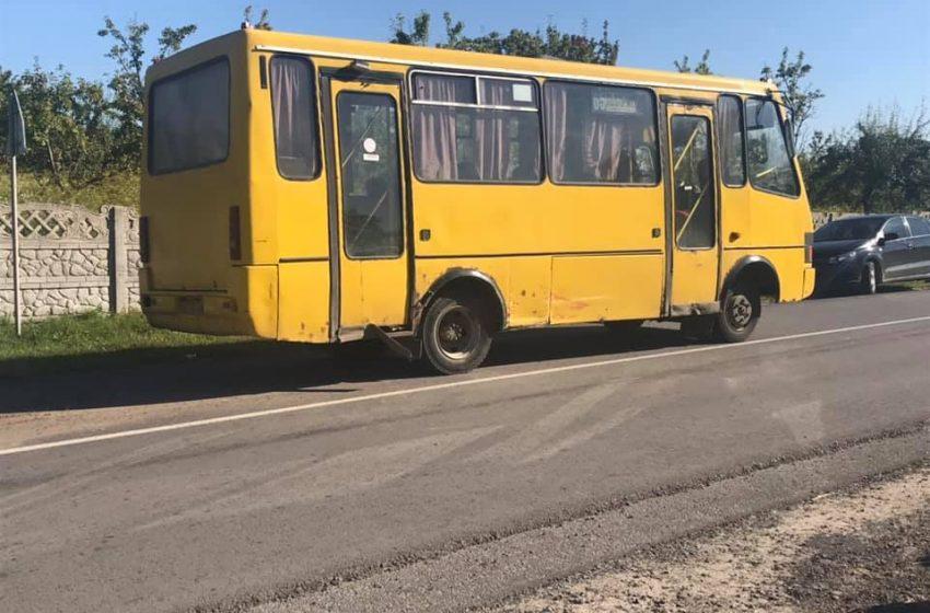 На Львівщині сталася ДТП: легковик в'їхав у рейсовий автобус