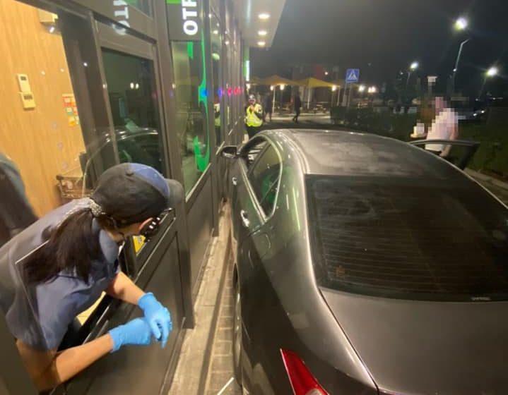 У Львові нетверезий водій заїхав поласувати фаст-фудом і врізався у McDonalds (ФОТО)