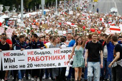 ОМОН опустив щити: у Мінську на головну площу йде величезна колона людей (ФОТО, ВІДЕО)