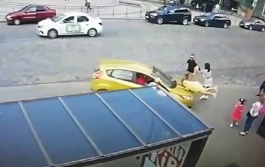 Підлетіла у повітря і боляче приземлилася: у Львові авто на швидкості збило жінку на тротуарі (ВІДЕО)