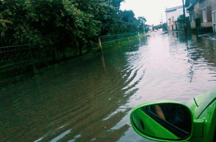 На заході України потужна злива затопила місто (ФОТО, ВІДЕО)
