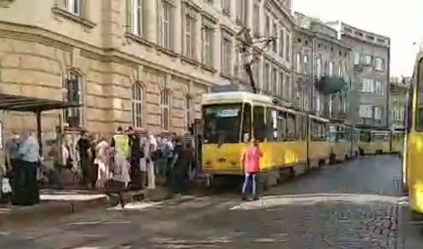У львівському трамваї контролери розпили газовий балончик, у водія схопило серце (ФОТО, ВІДЕО)