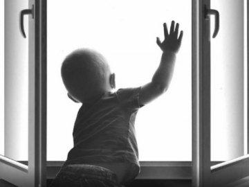 Трагічна смерть: у Львові з вікна багатоповерхівки випало маля