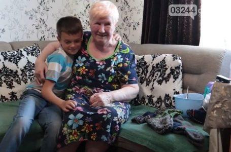 Пані Людмила з Дрогобича зв'язала для українських воїнів 500 пар шкарпеток (ВІДЕО)