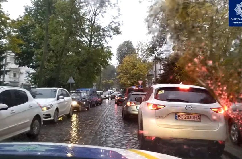 У Львові спецпризначенці доправили породілю до пологового будинку (ВІДЕО)