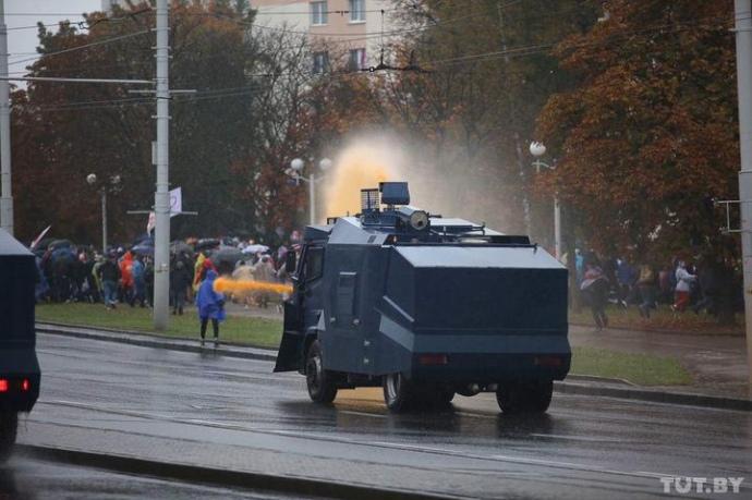 Білорусь: сотні затриманих, насильство, водомети і світлошумові гранати (фото, відео)