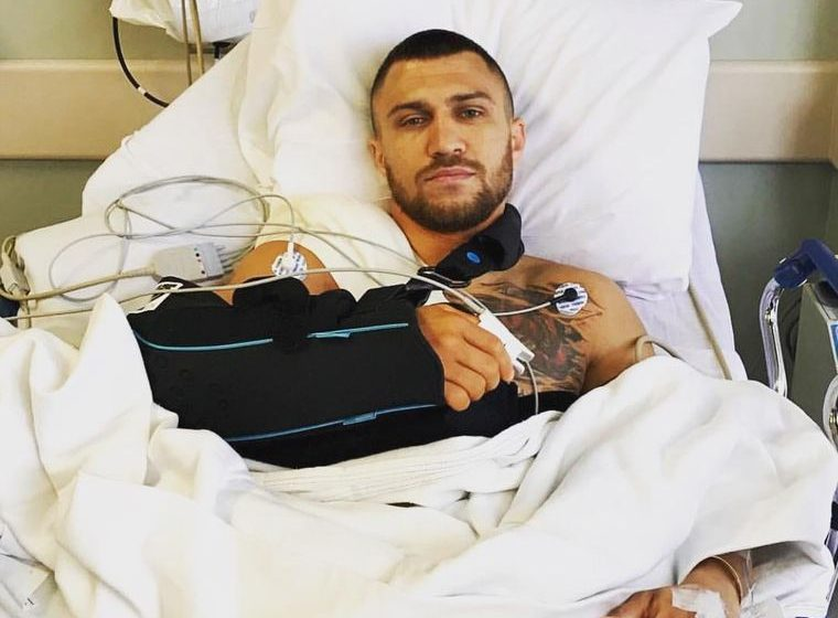 Ломаченкові зробили операцію на правому плечі. Він поскаржився на біль ще у другому раунді бою з Лопесом