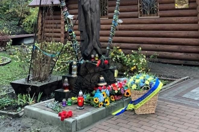 Зеленський кошиком з квітами вшанував пам'ять Героїв Небесної Сотні