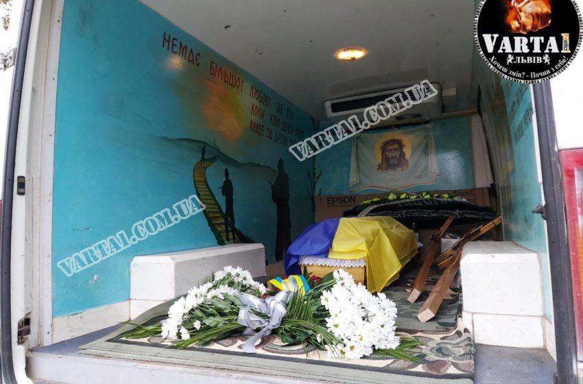 Львів попрощався з загиблим героєм Олегом Свинариком (ФОТО/ВІДЕО)