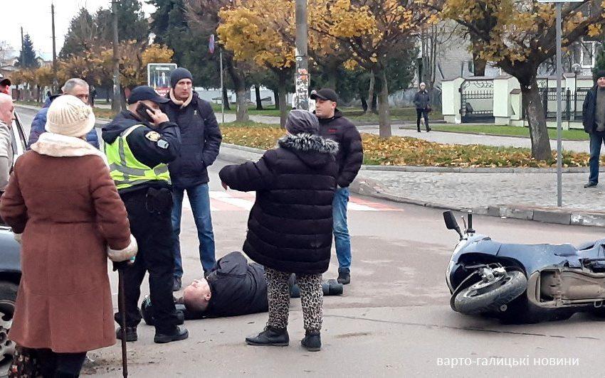 """""""Мотоцикліст лежить на землі, прибули медики"""": у Дрогобичі не розминулися легковик і мотоцикл (ФОТО)"""