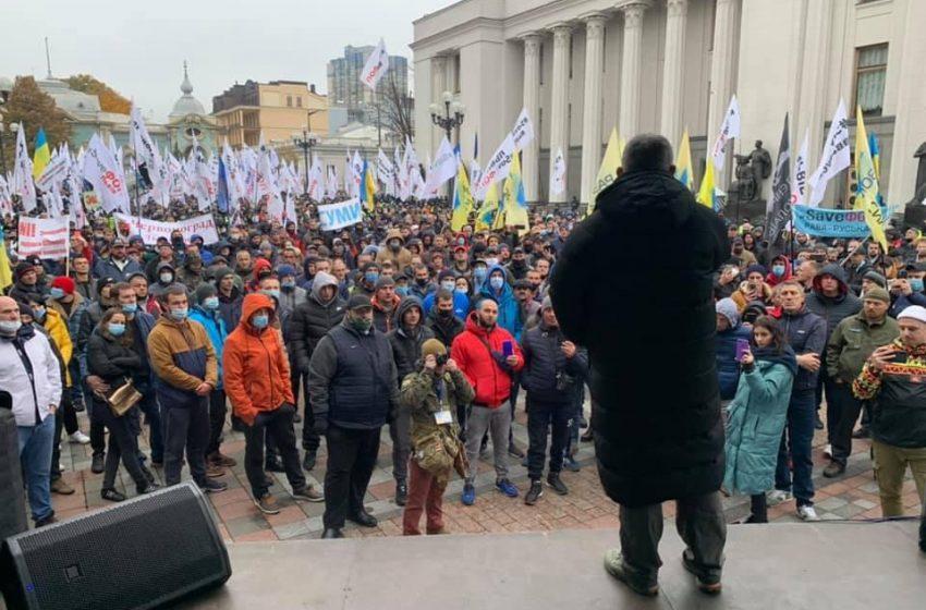 Заблокований весь урядовий квартал: під стінами Ради протестують євробляхери та ФОПи(ВІДЕО)