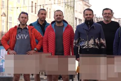 Влаштували шоу: Львівські ресторатори без штанів звернулись до урядовців щодо карантину вихідного дня (відео)