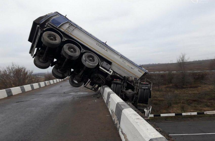 Фура злетіла з мосту і зависла над трасою (фото,відео)