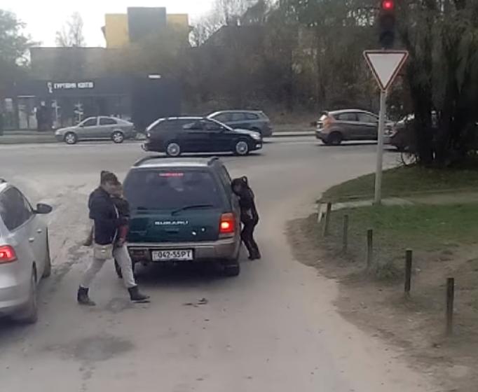 У Львові роми кидаються на машини, поліція безсила