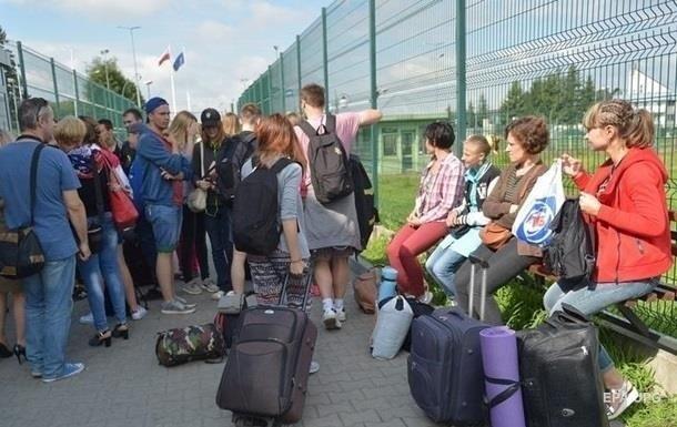 Українських заробітчан хочуть змусити подавати декларації і збільшать податок