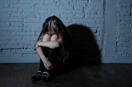"""""""Била ногами по всьому тілу, тягла за волосся"""": школярка жорстоко познущалася зі суперниці неподалік школи (ВІДЕО)"""