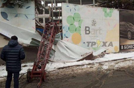 Будівельний кран впав на вагончик з робітниками: деталі