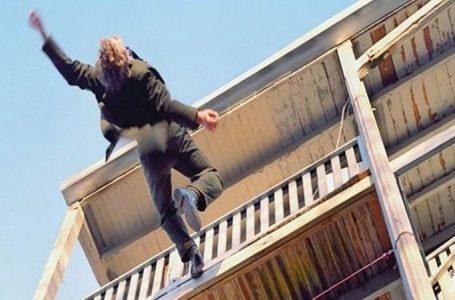 Чоловік впав з третього поверху на дах магазина та проламав його (фото)