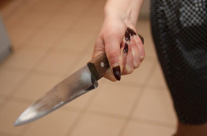 Жінка через ревнощі встромила ножа в груди чоловіку, її затримала поліція