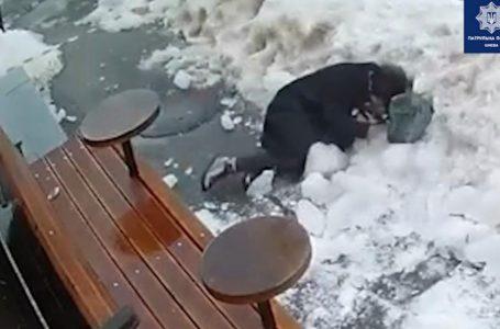 Брила льоду впала на жінку (відео)