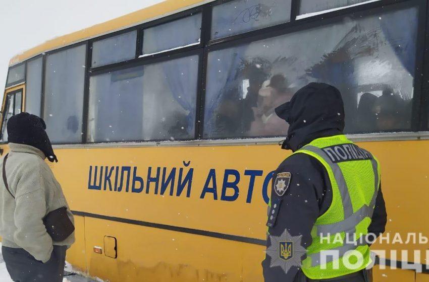 На Львівщині рятувальники визволили з снігових заметів шкільні автобуси з дітьми, та 6 швидких (ФОТО)