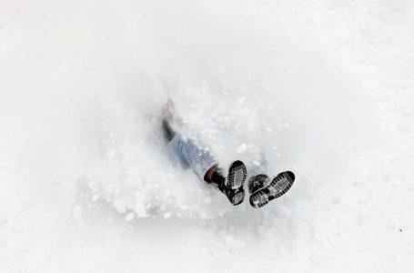 На Львівщині злодій закопав себе в сніг, коли побачив поліцію (фото)