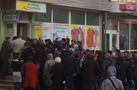 Битва за вживаний одяг: натовп ледь не затоптав літню жінку (відео)