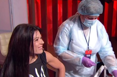 Зірки вакцинувалися від COVID в ефірі ток-шоу (відео)